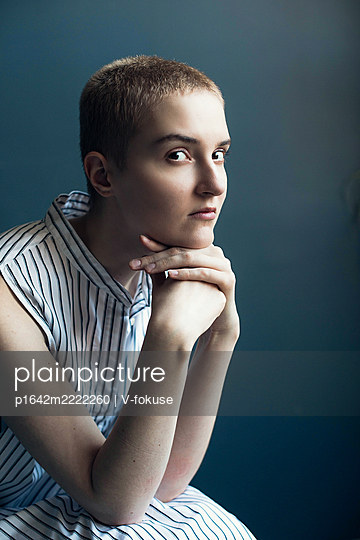 Teenage girl with short hair in a striped dress - p1642m2222260 by V-fokuse