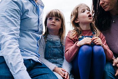 Family having fun at the park. London, England. - p300m2298892 von Angel Santana Garcia