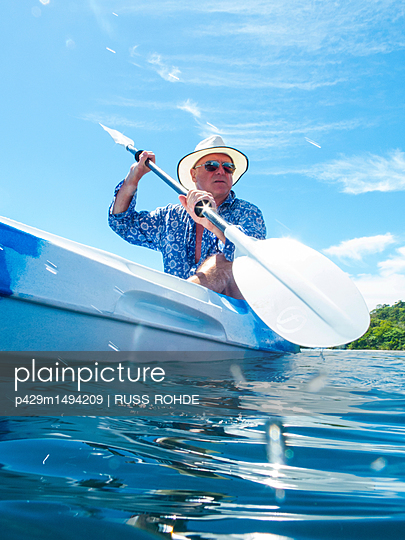 plainpicture | Photo library for authentic images - plainpicture p429m1494209 - Man kayaking, Ban Koh Lanta... - plainpicture/Cultura/RUSS ROHDE