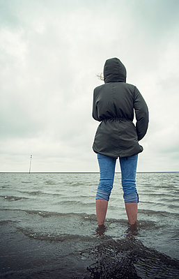 Frau steht im Meer - p1443m2195613 von SIMON SPITZNAGEL