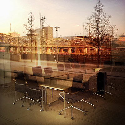 Meeting room, mirroring the Hackerbruecke in the window, Munich, Bavaria, Germany - p300m1009949 by Gerald Staufer