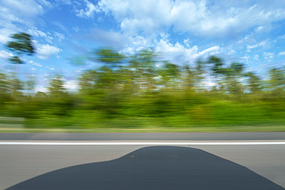 Car silhouette on highway - p335m1216552 by Andreas Körner