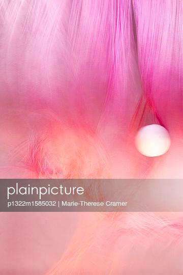 Mystische Kugel und rosa Gewebe - p1322m1585032 von Marie-Therese Cramer