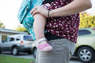 Mutter trägt Tochter - p1308m2065287 von felice douglas