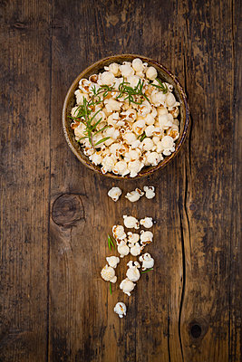 Homemade popcorn with rosemary and parmesan - p300m2012847 von Larissa Veronesi