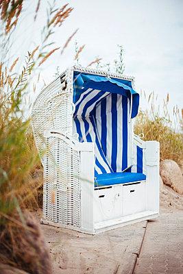 Strandkorb in den Dünen - p946m851031 von Maren Becker