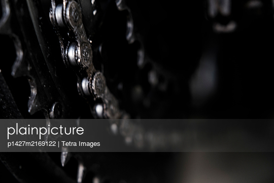 Close up of bicycle gears and chain - p1427m2169122 by Tetra Images