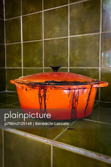 Dirty cooking pot - p756m2125148 by Bénédicte Lassalle