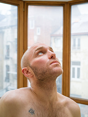Bare-chested man with bald head - p1267m2043234 by Jörg Meier