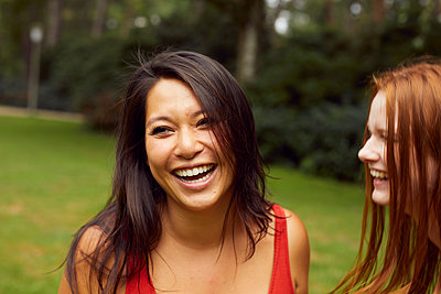 Portrait of two happy young women in a park - p1491m2176071 by Jessica Prautzsch