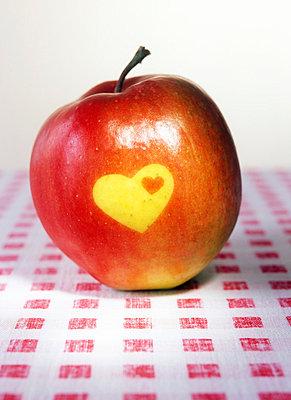 Apfel mit Herz - p2370161 von Thordis Rüggeberg
