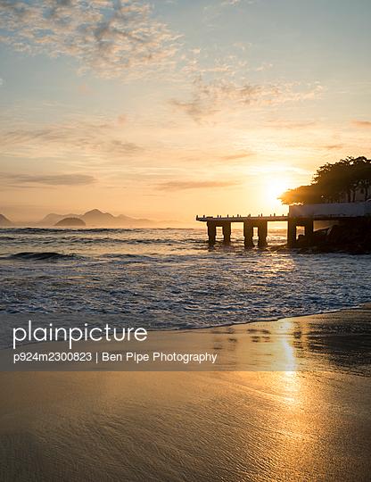Brazil, Rio de Janeiro, Copacabana beach and pier at dawn - p924m2300823 by Ben Pipe Photography