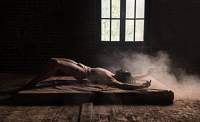 Man lying on a mattress - p1139m2022108 by Julien Benhamou