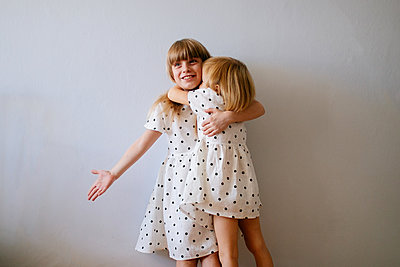 Two gils hugging - p1414m2044849 by Dasha Pears