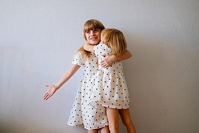 Zwei Mädchen umarmen sich - p1414m2044849 von Dasha Pears