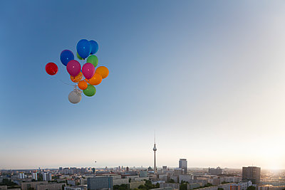 Germany, Berlin, View over city from rooftop terrace with balloons - p300m1188749 by Florian Küttler