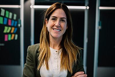 Confident female entrepreneur at office - p300m2277759 by Xavier Lorenzo
