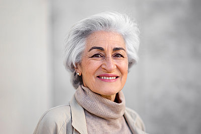 Woman with gray hair smiling - p300m2281463 by PICUA ESTUDIO