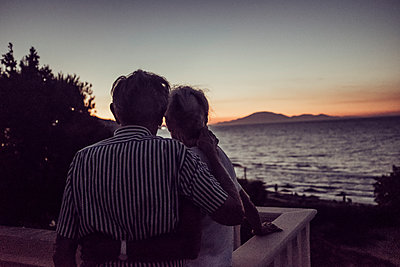 Greece, Senior couple at sunset by the sea - p713m2283581 by Florian Kresse