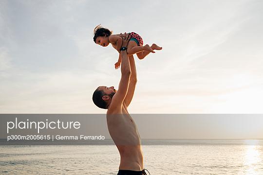 Thailand, Koh Lanta, father playing with his little daughter on the beach at sunset - p300m2005615 von Gemma Ferrando