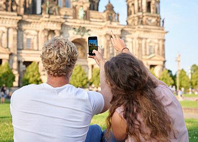 Junges Paar fotografiert den Berliner Dom - p1124m1463328 von Willing-Holtz