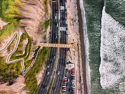 Aerial view of Costa Verde coast line in Lima, Peru - p1166m2096044 by Cavan Images