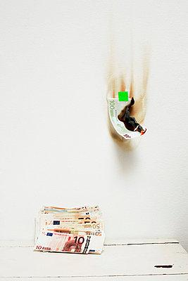 Geld verbrennen - p2370622 von Thordis Rüggeberg