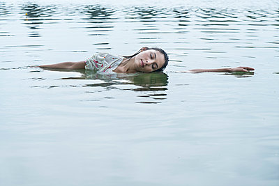 Woman in water - p427m2007534 by R. Mohr