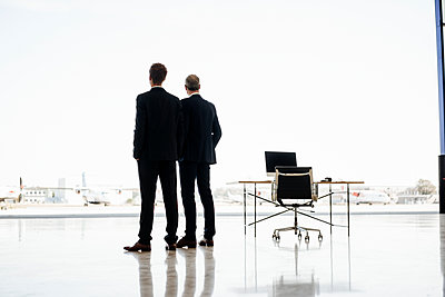 Two businessmen staring into the distance - p586m1208741 by Kniel Synnatzschke