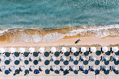 Viele Sonnenschirme am Strand von Zakynthos, Dronenfotografie - p713m2289201 von Florian Kresse