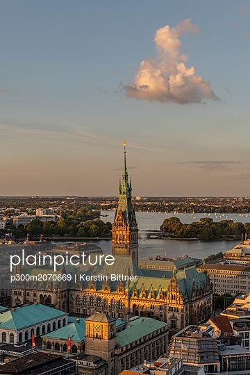 Germany, Hamburg, Alster lakes and Hamburg city hall - p300m2070669 by Kerstin Bittner