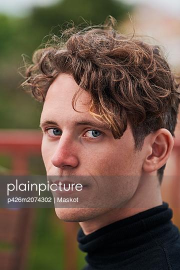 Portrait of confident man at party - p426m2074302 by Maskot