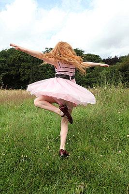 Pirouetten im Gras - p045m944654 von Jasmin Sander