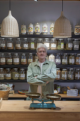 Portrait of confident senior man behind the counter in his shop - p300m2179876 by VITTA GALLERY