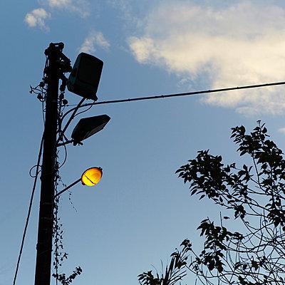 Strommast mit Laterne - p4150611 von Tanja Luther