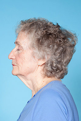 Senior woman with eyes closed - p9240897 by Maria Schriber
