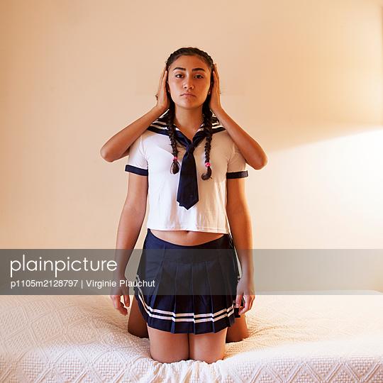 Holding ears - p1105m2128797 by Virginie Plauchut