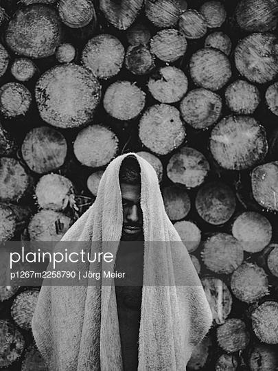 Man with woollen blanket over head and shoulder - p1267m2258790 by Jörg Meier