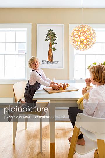 Zwei Schwestern in der Küche - p756m2053353 von Bénédicte Lassalle