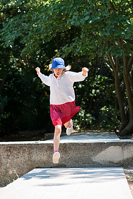Girl jump - p1631m2260163 by Raphaël Lorand