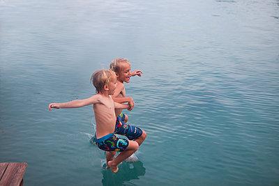 Übers Wasser laufen - p045m1574429 von Jasmin Sander
