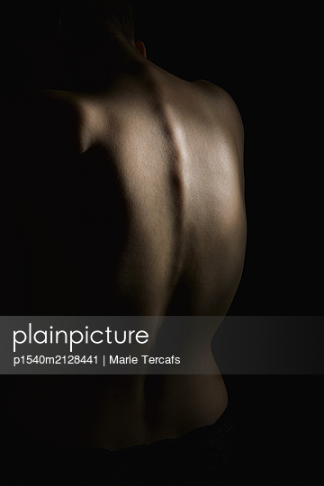 Naked woman's back - p1540m2128441 by Marie Tercafs