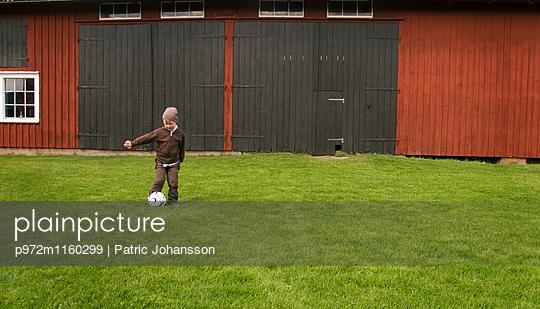 Kleiner Junge spielt Fußball - p972m1160299 von Patric Johansson