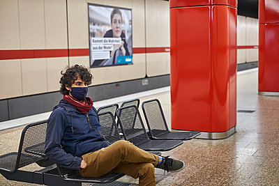 Man wearing facial mask in subway station - p1146m2187826 by Stephanie Uhlenbrock