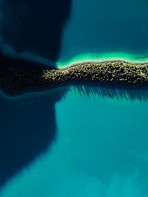 Farbenspiel am Muncho Lake in Kanada - p1455m2185531 von Ingmar Wein