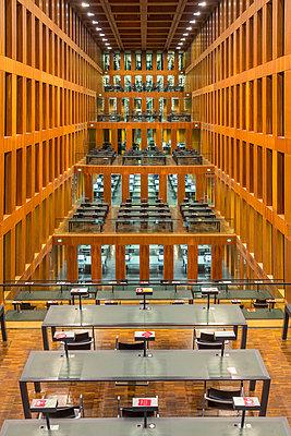 Germany, Berlin, reading room at Jacob-und-Wilhelm-Grimm-Zentrum - p300m937469 by Stefan Kunert