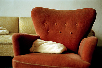 Alter Sessel im Wohnzimmer - p3880371 von Ulrike Leyens
