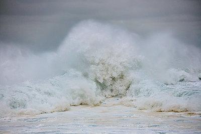 Brechende Wellen am Strand von Nazaré - p719m2081934 von Rudi Sebastian