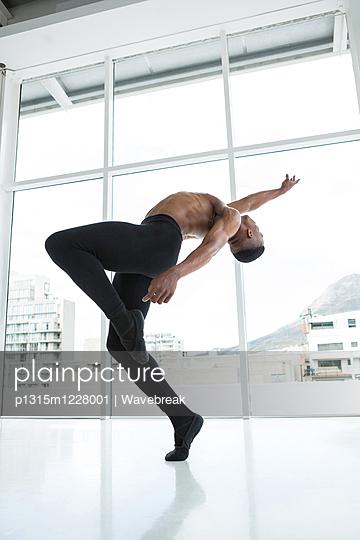 Ballerino practising ballet dance - p1315m1228001 by Wavebreak