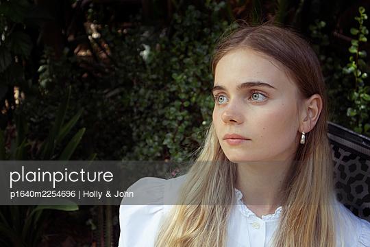 Junge Frau mit langen blonden Haaren - p1640m2254696 von Holly & John